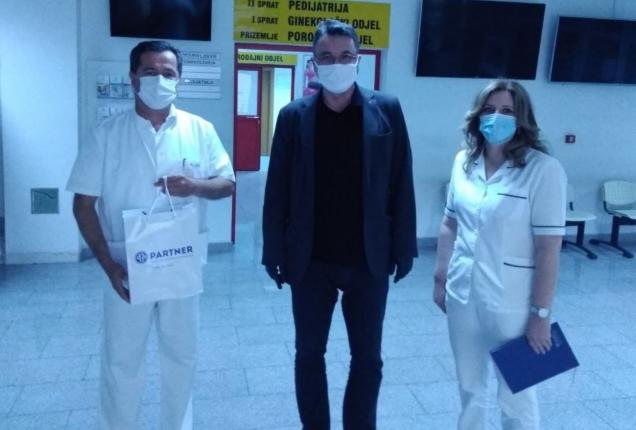 Humanost u vrijeme korone – Partner MKF Kantonalnoj bolnici Mostar uručio termovizijsku kameru