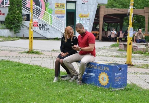 Donacija solarne klupe gradu Tuzla - saopštenje za javnost